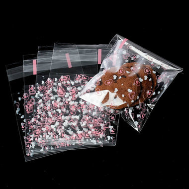 10 cellofaan zakjes met plakstrip roze en witte hartjes